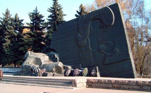 фото вида сбоку на памятник славы в Воронеже