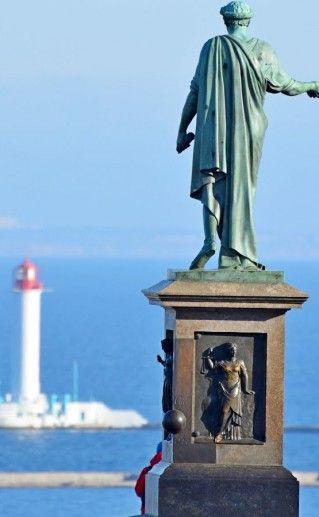вид сзади на памятник Дюку Ришелье в Одессе фото