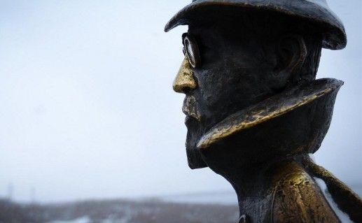 фотография вида вблизи на томский памятник Чехову