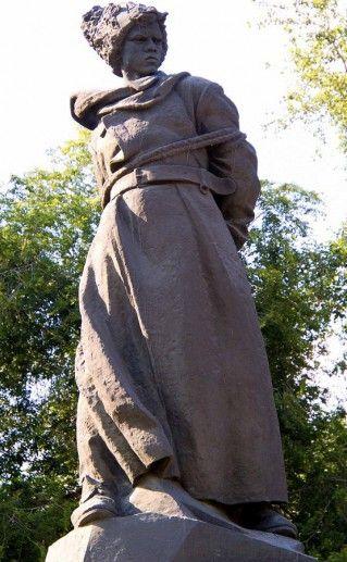 фотография вида вблизи на челябинский памятник Орленок