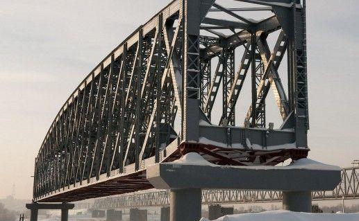 фотография вида вблизи на памятник первому мосту в Новосибирске