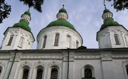 вид вблизи на Кирилловскую церковь в Киеве фотография