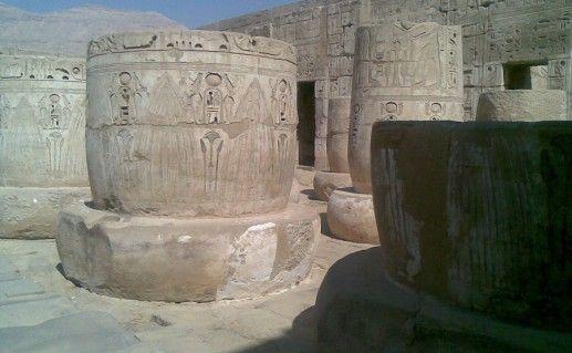 фотография вида вблизи на Мединет Хабу в Египте