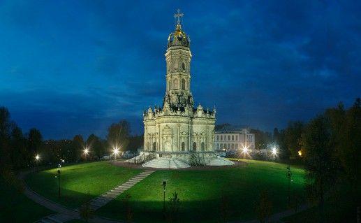 вид ночью на церковь Знамения Пресвятой Богородицы в Дубровицах фотография