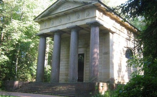 фотография павловского мавзолея Супругу-благодетелю