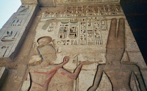 фото рисунков в храме Мединет-Хабу в Египте