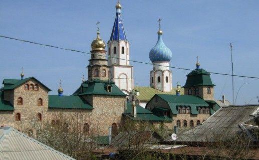 фотография вида сбоку на Свято-Духовский монастырь в Краснодарском крае