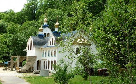 фото вида сбоку на Троице-Георгиевский монастырь Краснодарского края