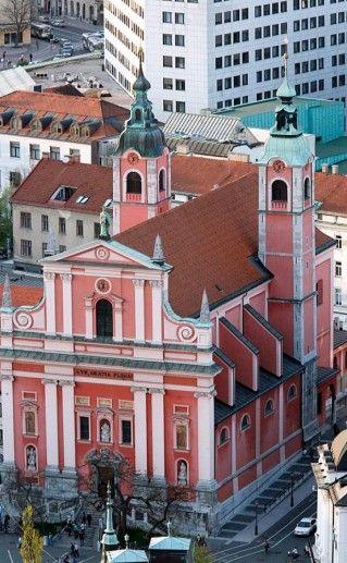 фотография вида сверху на люблянскую францисканскую церковь Благовещения