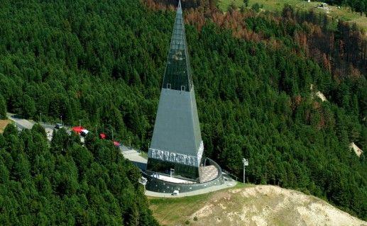 фотография вида сверху на памятник первооткрывателям земли Югорской в Ханты-Мансийске
