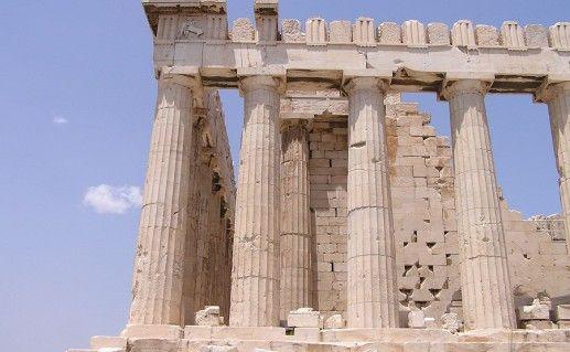 вид вблизи на греческий храм Парфенон фотография