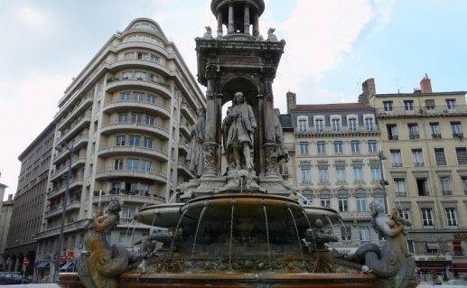 фонтан на площади Якобинцев в Лионе фотография