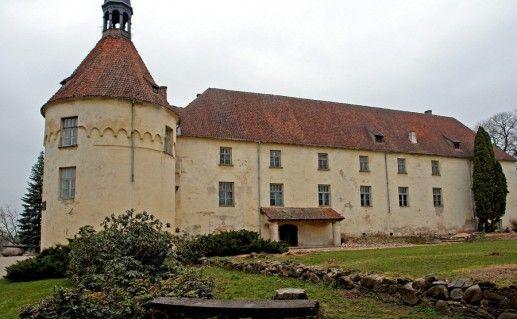 вид вблизи на замок Яунпилс в Латвии фотография