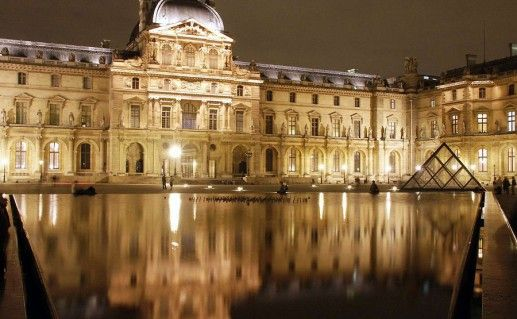фотография ночного вида на Лувр во Франции