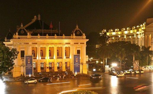 ночное фото оперного театра в Ханое