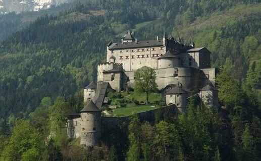 фотография вида на замок Хоэнверфен в Австрии