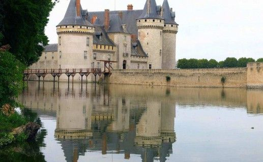 фото вида на замок Сюлли-сюр-Луар