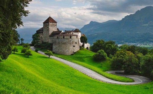 вид на Вадуцкий замок в Лихтенштейне фотография