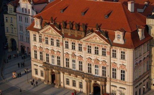 фотография вида сверху на дворец Кинских в Праге