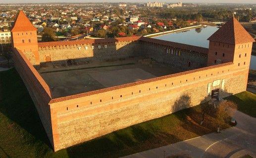 вид сверху на Лидский замок в Белоруссии фотография
