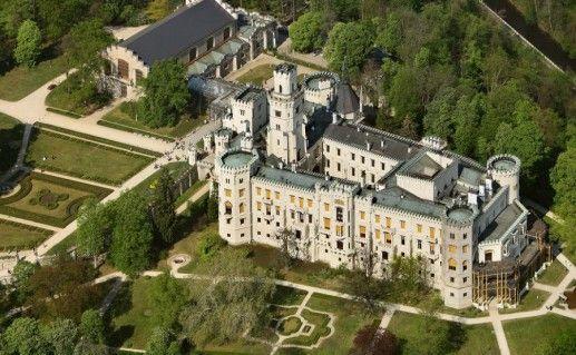 вид сверху на замок Глубока-над-Влтавой в Чехии фотография