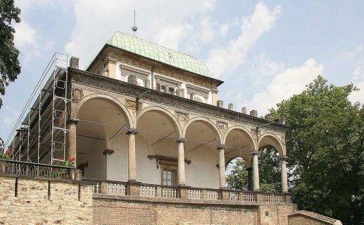 вид вблизи на пражский летний дворец королевы Анны фото