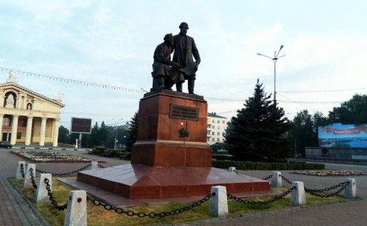 Памятник Черепановым в Нижнем Тагиле фотография