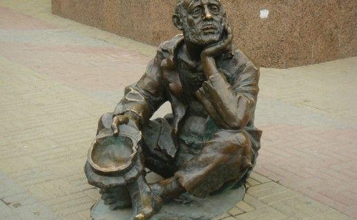 Памятник профессиональному нищему в Челябинске фотография