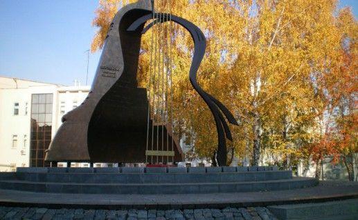 Памятник Владимиру Высоцкому в Набережных Челнах  фото