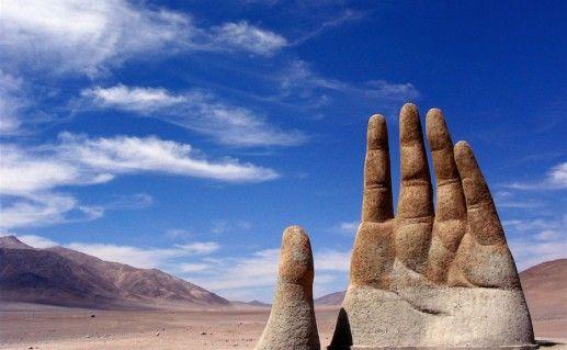 Фотография скульптуры «Рука пустыни»