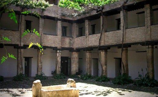 Фото угольный двор в Гранаде