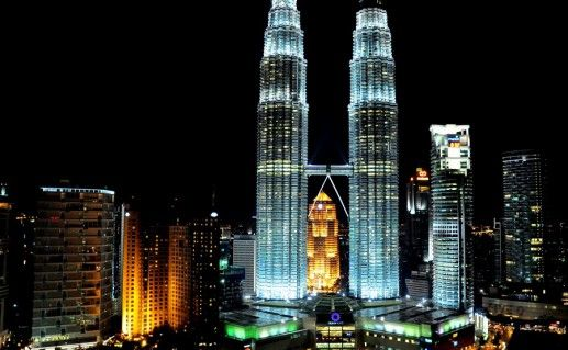 фотография ночного вида башен Петронас в Куала-Лумпуре