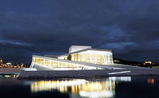 ночной вид Оперного театра в Осло фотография