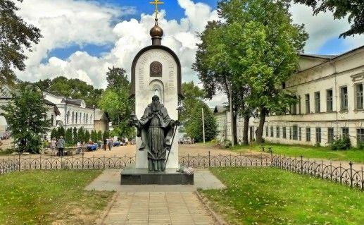 памятник Макарию Калязинскому в Калязине фото