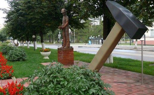 фото памятника молотку в Йошкар-Оле