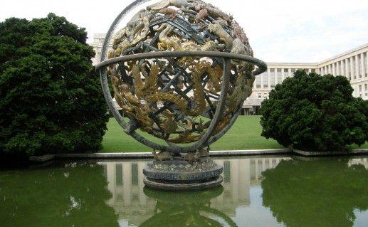 фото шара у Дворца наций в Женеве