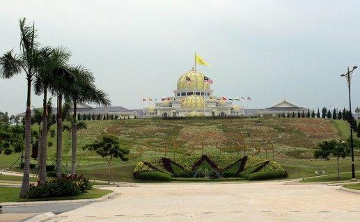 фото вида на дворец Истана Негара в Куала-Лумпуре