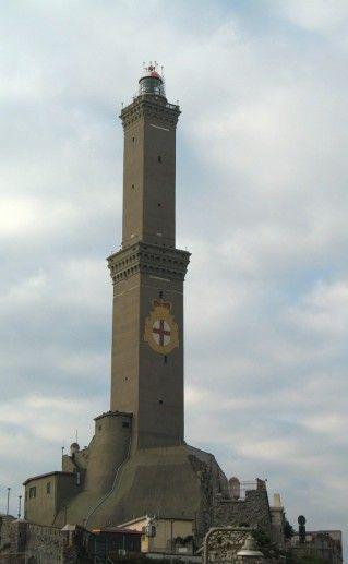 фотография вида вблизи на маяк Лантерна в Генуе