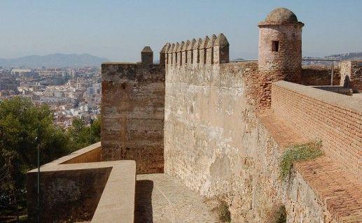 вид на замок Гибральфаро в Малаге фото